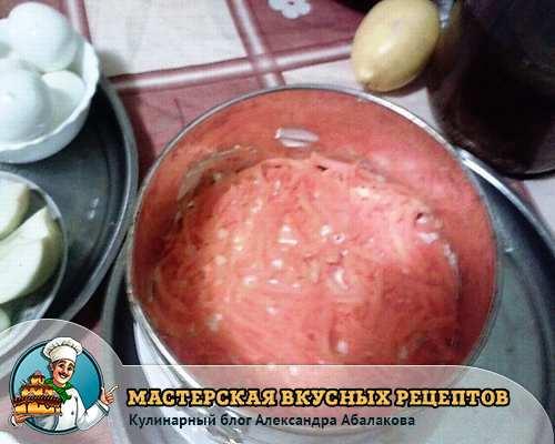 тертая морковь на картофеле с соусом