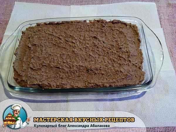 выложить массу из печени в форму для запекания