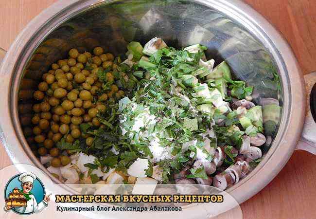 добавить в кастрюлю с овощами сметану