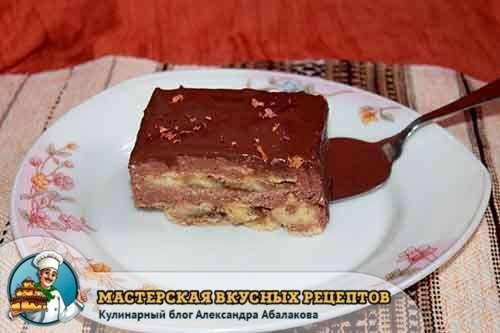 кусочек торта из печенья с творогом и бананами