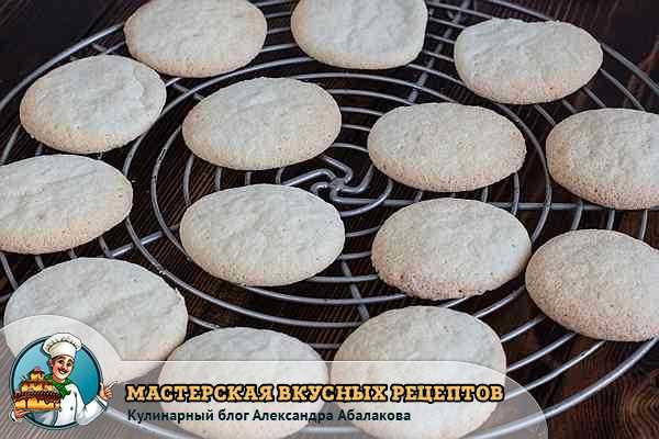 печенья остывают на решетке