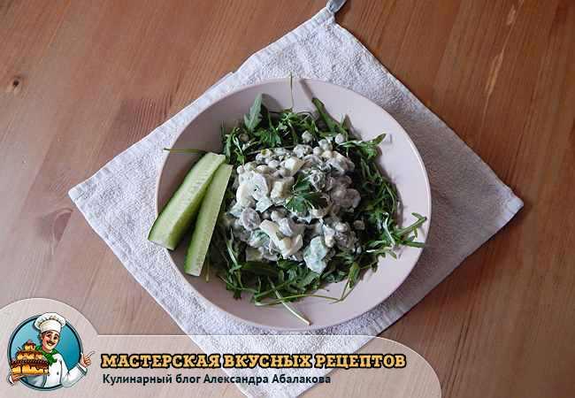салат уложен в центр венка из рукколы