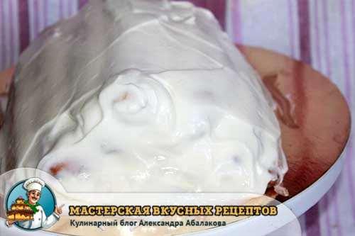 смазать весь торт сметанным кремом