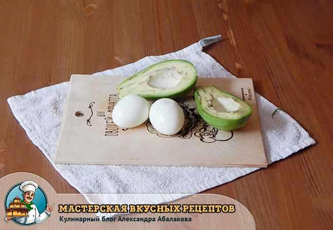 вареные яйца и разрезанный авокадо