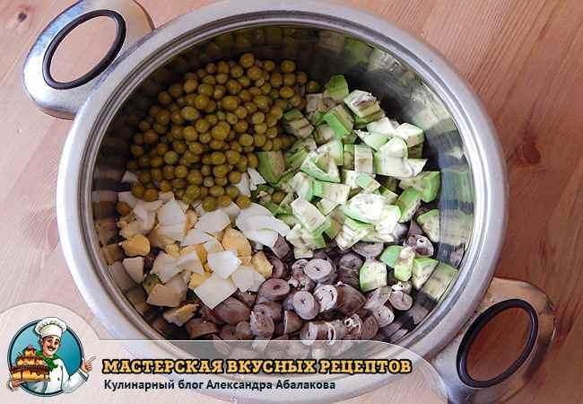 зеленый горошек и авокадо в кастрюле