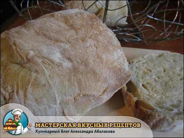 итальянский хлеб порезан на кусочки