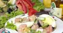 Очень вкусный салат из соленой красной рыбы яиц и помидоров