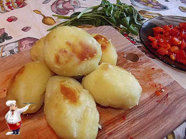 очищаю картофель для пюре