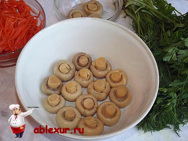 грибы выложенные в миске шляпкой вниз