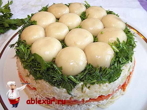 салат с грибами и курицей на блюде