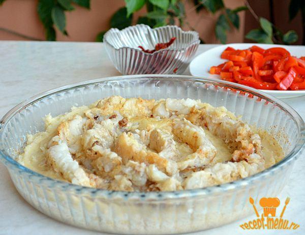 выложенная на картофельное пюре рыба