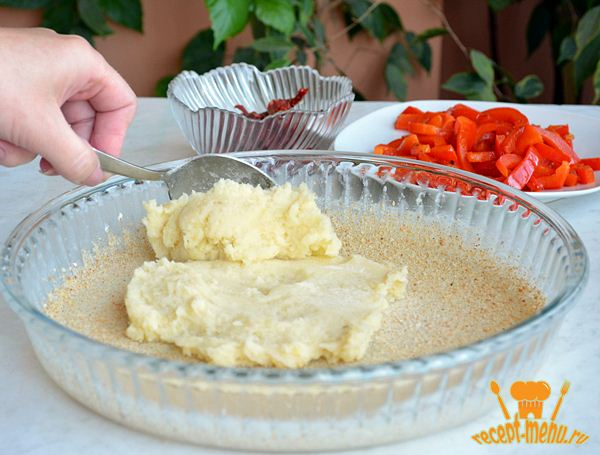 выложить картофель в форму для запекания и разровнять