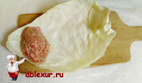 заворачиваем мясную начинку в капустный лист