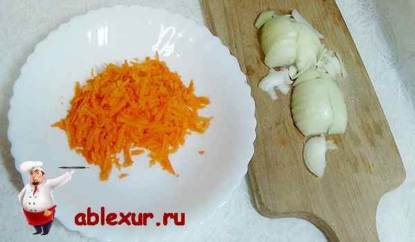 натираем на терке морковь мелко режем лук для соуса