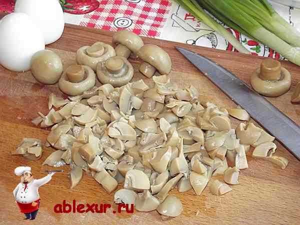 нарезаю маринованные шампиньоны для салата
