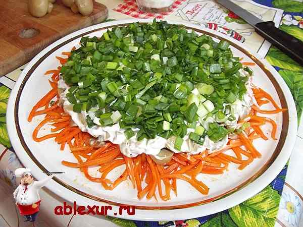 зеленый лук на слое из шампиньонов