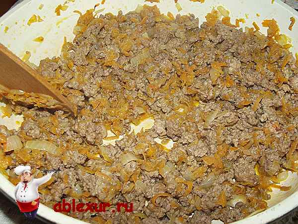 обжариваю лук и морковь с мясным фаршем в сковородке