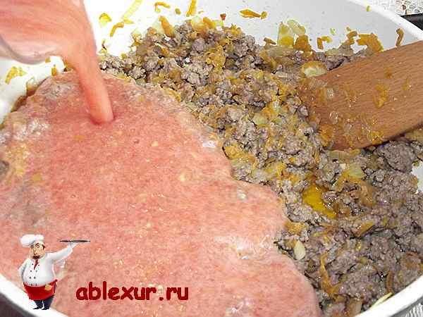 заливаю помидорную мякоть в мясной фарш