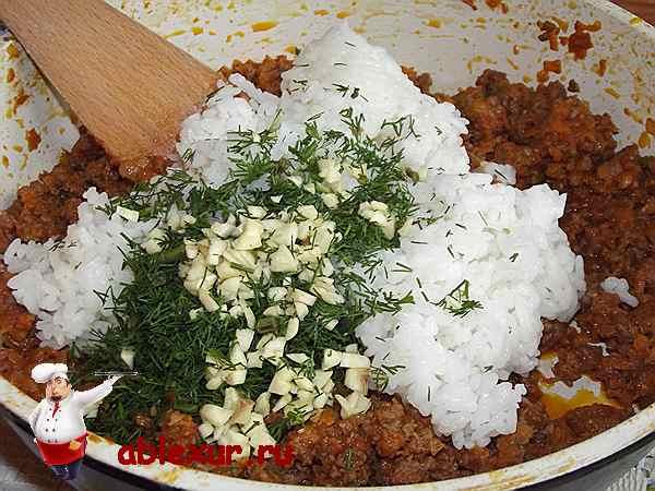 соединяю рис, чеснок и укроп с мясным фаршем