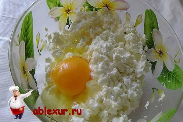 в творог вбить одно яйцо