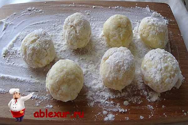 скатанные в шар творожные пончики