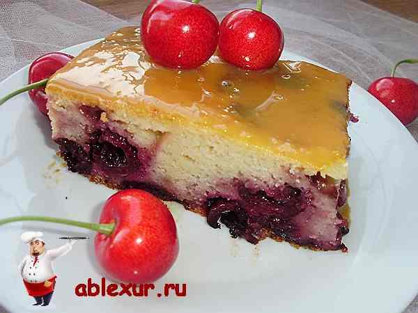пирог с черешней политый сгущенкой