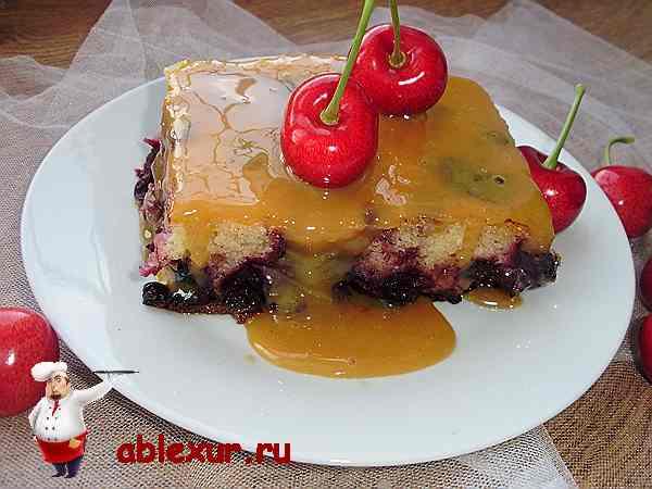 черешневый пирог на тарелочке