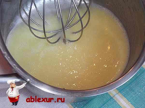 смесь яйца, сливочного масла и меда