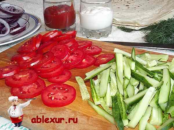 нарезанные помидоры кружочками и огурцы соломкой