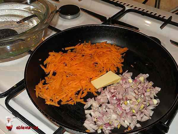обжарить овощи для супа с пельменми