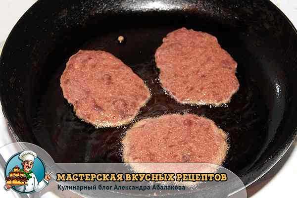 котлеты из печени жарятся в сковородке