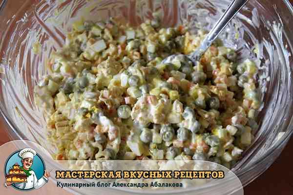 премешать салат с лапшой