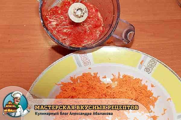 измельченные томаты и тертая морковь