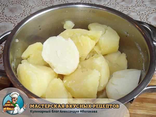 отварной картофель в кастрюле