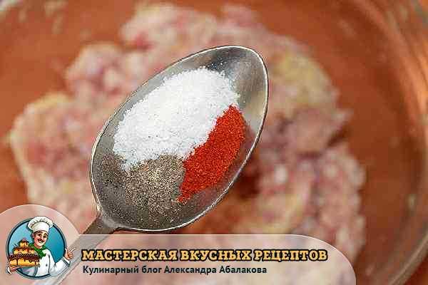 специи и соль в столовой ложке