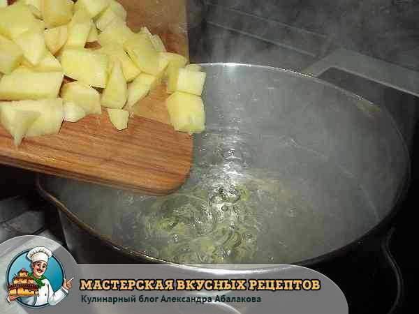 положить кубики картофеля в кипящую воду