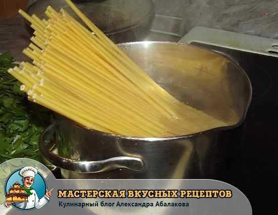 макароны торчат из кастрюли