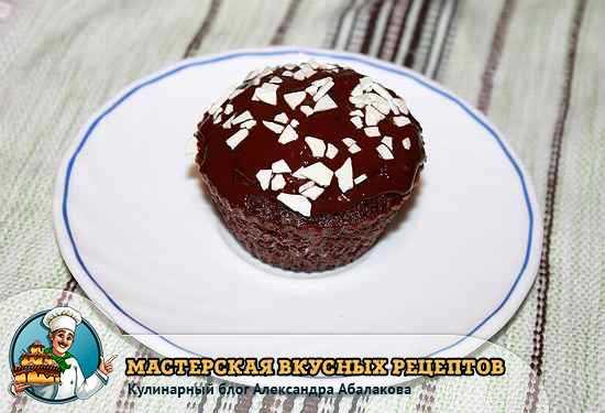 капкейк в шоколадной глазури на тарелочке