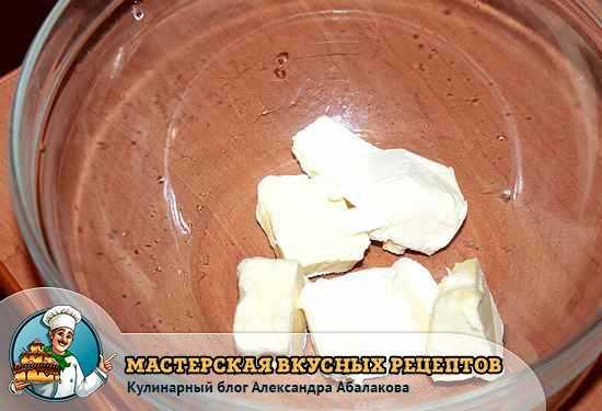 сливочное масло в тарелке