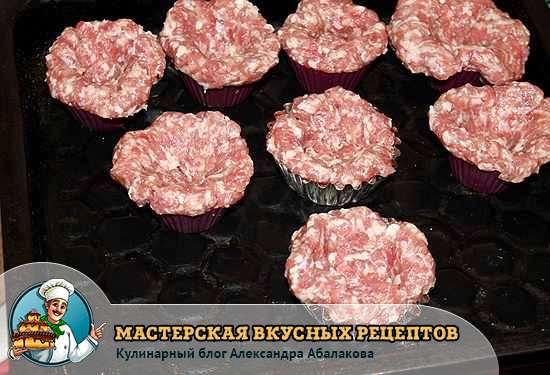 выложить мясные лепешки на протвень