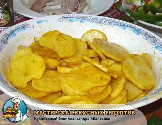 картофель смешан с куркумой