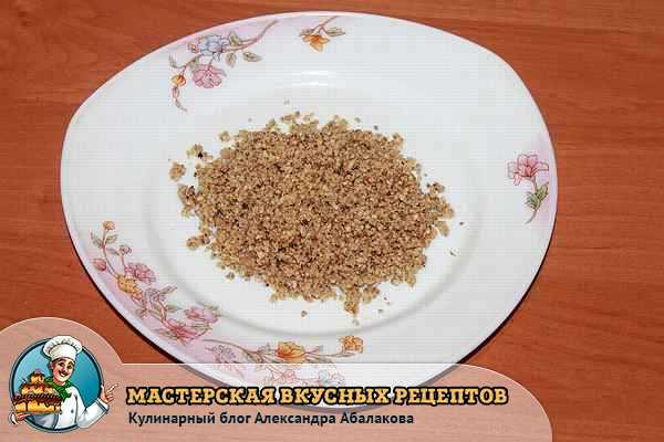 тарелка с измельченными орехами