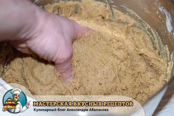 вымешиваю пряничное тесто
