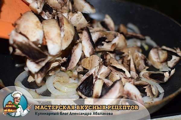 грибы смешать с луком