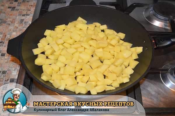 картошка кубиками жарится в сковороде