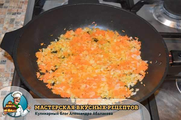 лук и морковь жарятся в сотейнике