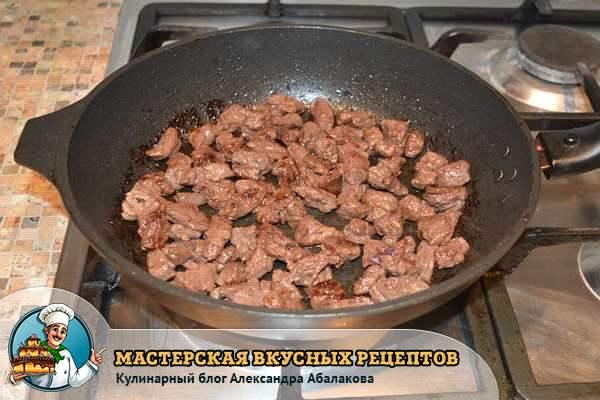 поджаренная говядина в сковороде