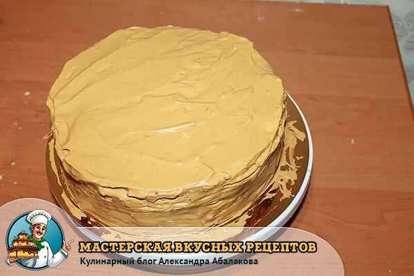 смазать бока торта заварным кремом