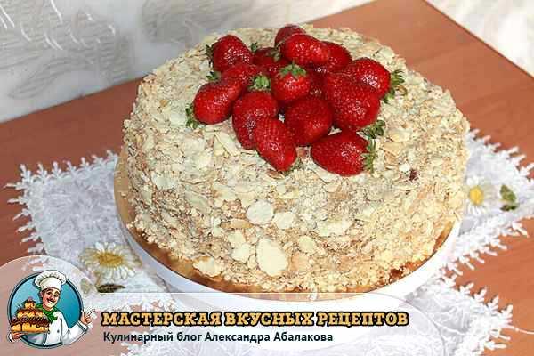 торт украшен ягодами