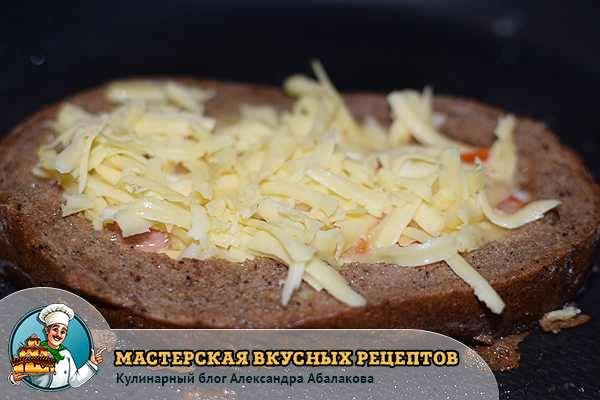 посыпать яичницу сыром